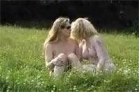 Lesbische Freundinnen auf der Weide Outdoorporno