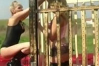 Domina spielt mit ihrer Gespielin Outdoor