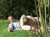 Schwiegermutter heimlich im Garten vernascht