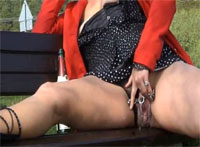 Extrem Gepiercte Outdoor Milf hat Spass bei Squirting Action
