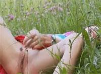Natasha das geile Teenie Luder macht Finger Sex in der Natur