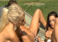 Drei Profi Outdoor Lesben lieben Dildo Spiele am Pool