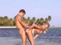 Scharfer Sex in der Badewann und am Strand mit geiler Pornostar Blondine