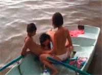 Geiler Teenie Dreier Fick in einem Boot auf dem See