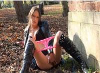 Sexy Teenie Fingert ihre Fotze im Park