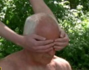 Junge Schlampe fickt Opas alten verschrumpelten Schwanz