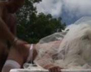 Er fickt seine Braut mitten auf dem Rasen