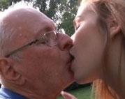 Opa fickt junge Fotze im Garten