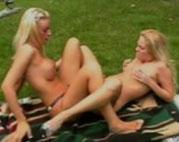 Lesbische blonde Schlampen geniessen dicke Dildos