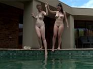 Lesbenspiele im Pool
