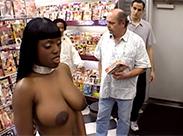 Im Sexshop vor Fremden gefickt