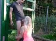 Junge Blondine hart gegen einen Zaun gefickt