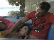 Paar fickt auf einem wackeligen Ruderboot