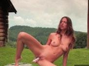 Model masturbiert auf der Alm