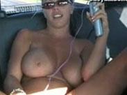 Süsse Amerikanerin masturbiert im Auto