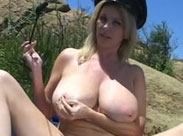 Dickbusige Pornodarstellerin im Freien ficken
