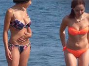 Süsse Mädchen nackt am Strand