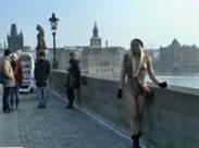 Nackte Mädchen auf der Karlsbrücke