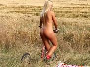 Heisse Blondine fickt sich auf einem Feld