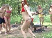 Sex und Alkohol im Wald