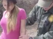 Soldaten ficken junges Mädchen zu dritt