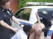 Er leckt amerikanischen Polizistinnen die Fotzen