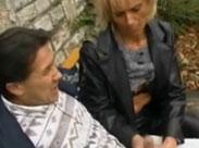 Mutter wichst ihrem Mann den Schwanz