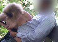 Mutter bläst Schwanz in einem Berliner Park
