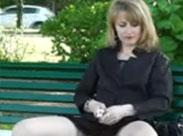 Frau zeigt ihre Fotze im vollbesetzten Park