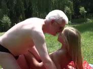 Opa fickt Mädchen auf einer Wiese