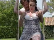 Dicktittige Schlampe geniesst im Garten geilen Sex