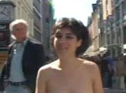 Mädchen läuft nackt durch die Stadt