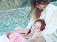 Junge Mädchen lecken sich am Strand