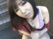 Süsse Asiatin masturbiert in der Stadt