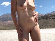 Amerikanerin läuft nackt durch die Wüste