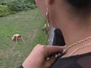 Domina schlägt und fickt ihren Mann im Garten