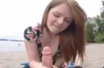 Mädchen bläst ihrem Freund den Schwanz