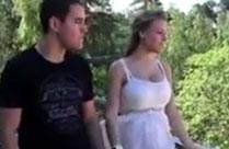Junges Paar hat hemmungslosen Sex im Freien