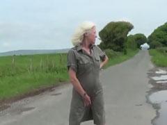 Oma stript und masturbiert draussen