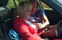 Oma hat geilen Sex im Auto