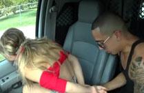 Mädchen draussen gefesselt und gefickt