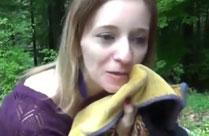 Mädchen hat gern Sex im Wald