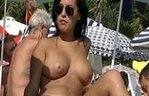 Schlampe mit dicken Titten am Strand