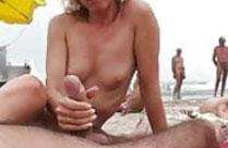 Hausfrau wichst Schwanz am Strand